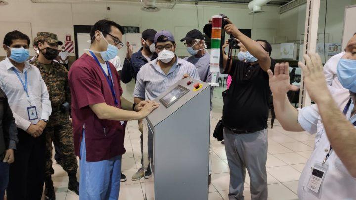Personas trabajando en respirador automatizado